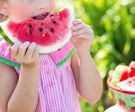 dziewczynka jedząca arbuza